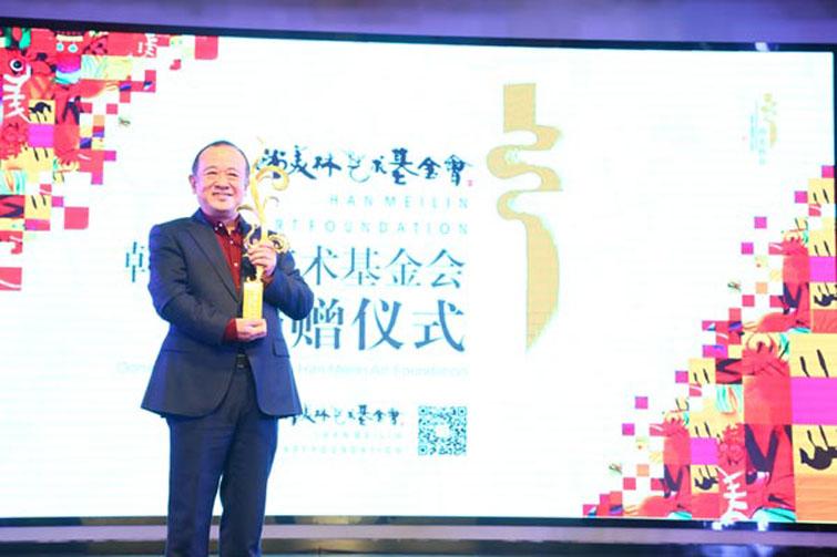 """北京第二届""""韩美林日""""上的中国电影家协会华语影像论坛奖获得者"""